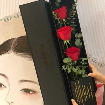 3枝红玫瑰花