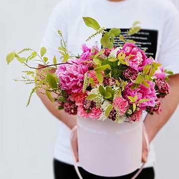 粉色康乃馨抱抱桶花