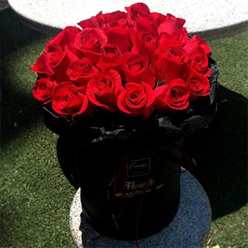 33朵红玫瑰抱抱桶
