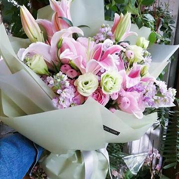 粉百合花束