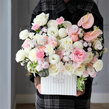 白玫瑰鲜花抱抱桶