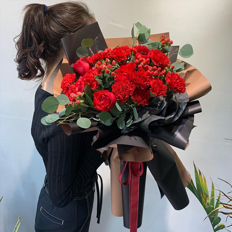 健康平安-11朵红色康乃馨+9朵红玫瑰混搭 妈妈生日的时候买什么生日礼物好?大庆哪家网上鲜花店app服务好