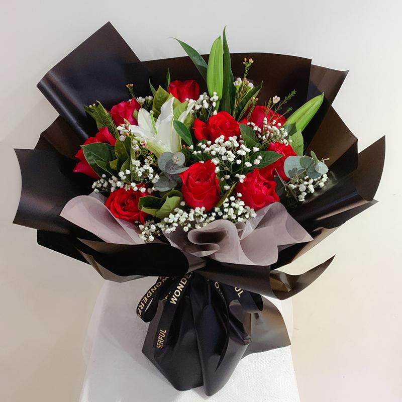 千言万语-11朵红玫瑰+百合混搭 怎么送花给女孩子?安阳同城鲜花速递网哪家app靠谱