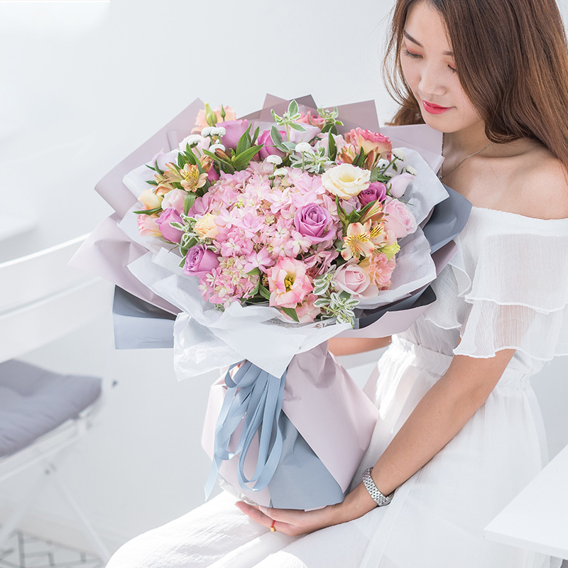 永恒的祝福-玫瑰+绣球混搭花束 固原花店哪家好?同事结婚该送什么礼物