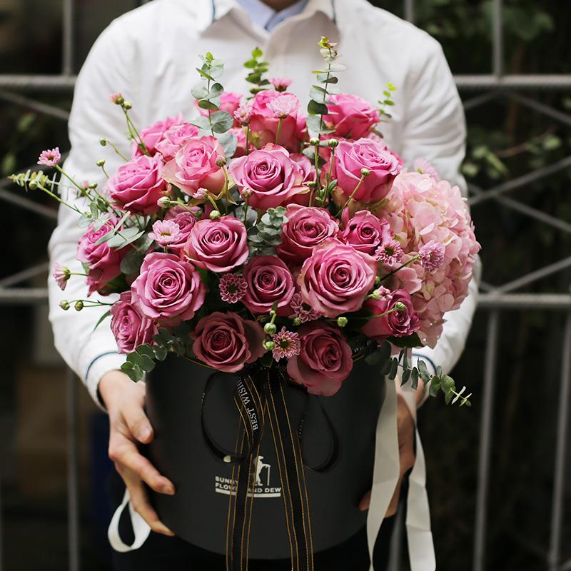 真情绽放-33朵紫玫瑰抱抱桶 20多岁的女生生日哪些礼物可以送?上海网上鲜花预定去哪个鲜花app好