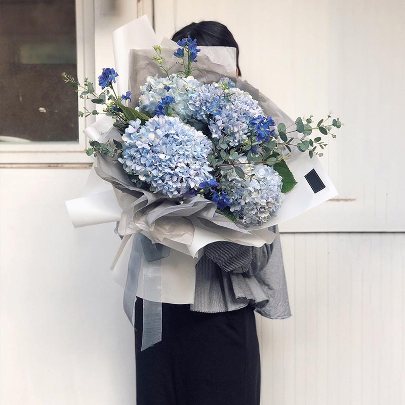 温馨祝福-5支蓝绣球花束 给才认识几天的女性朋友送什么礼物?北海鲜花预订去哪个app