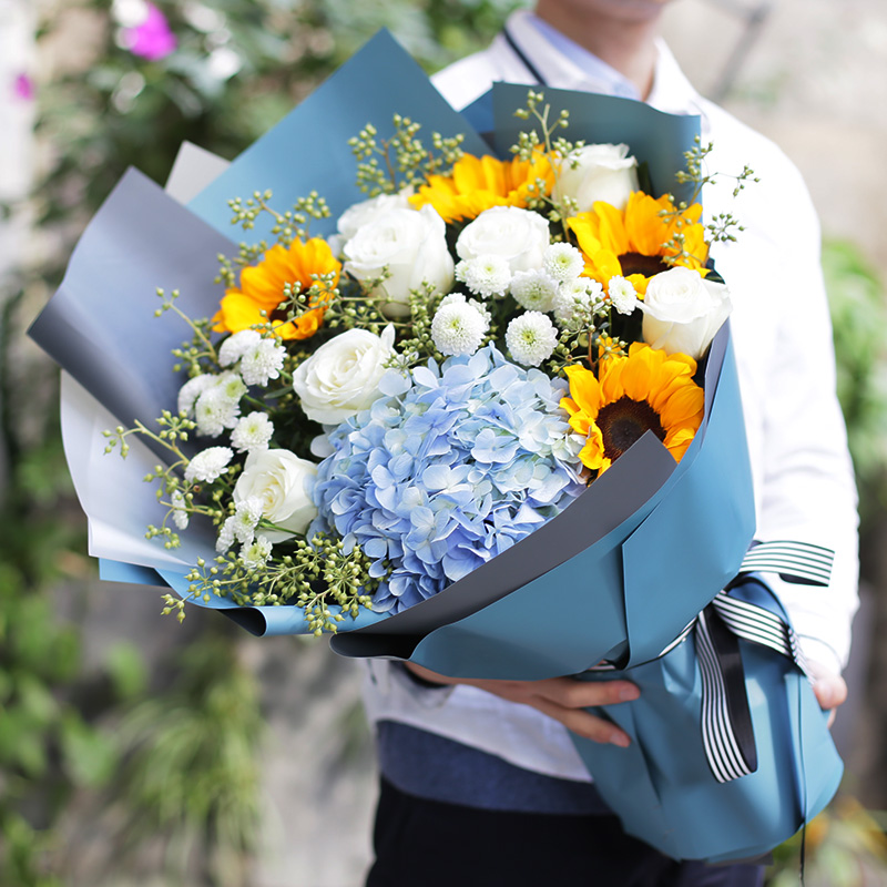 迎接幸福-向日葵+白玫瑰混搭 恭喜晋升送花选择什么鲜花合适?哈尔滨网上订花选择哪一家鲜花app好