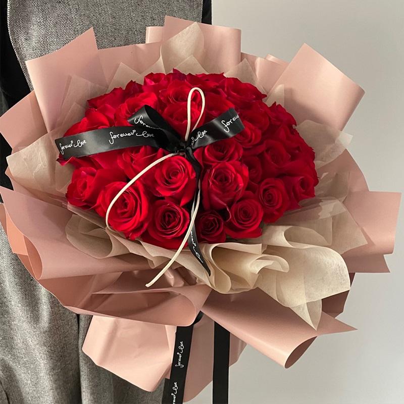 温柔的你-33朵红玫瑰 结婚13周年送什么花*浪漫?安顺网上订花app靠谱吗