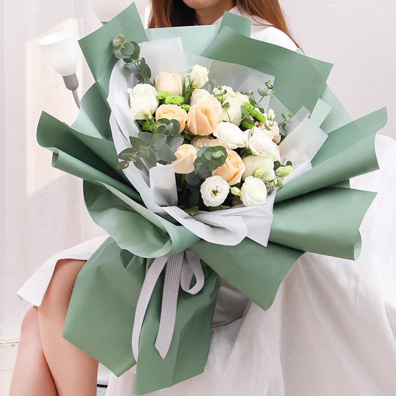 你的眼神-9朵香槟玫瑰+5支白色洋桔梗混搭 巨蟹座的女孩送什么花合适?嘉兴网上鲜花预订去哪个app