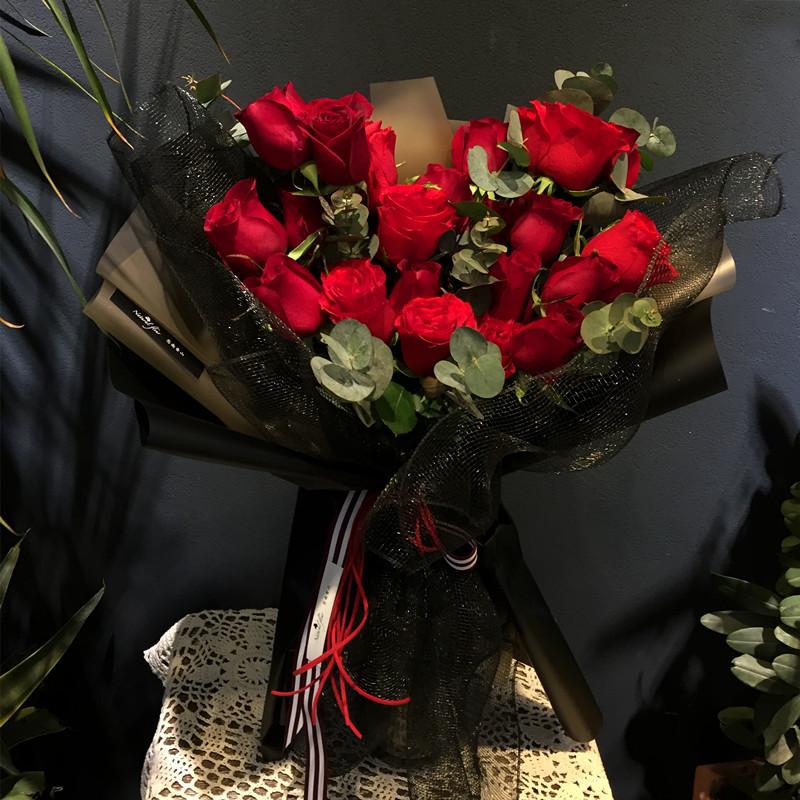 君心未央-19朵红玫瑰 妹妹订婚该送什么鲜花好?南充同城鲜花预订去哪个app