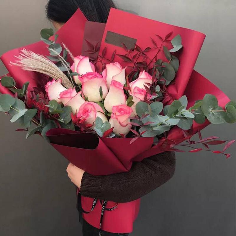 时光舞步-10朵甜心玫瑰 和田同城鲜花速递哪家好?同事快退休了可以送什么礼物