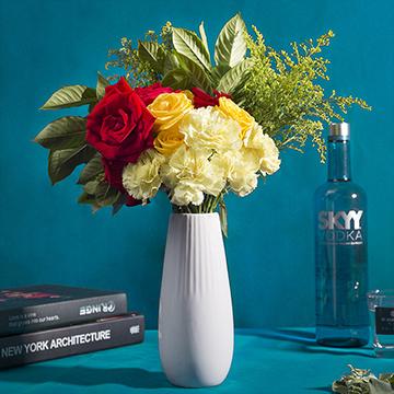 爱丽丝梦境-5支浅黄色康乃馨+4支黄玫瑰+6支红玫瑰(送花瓶)